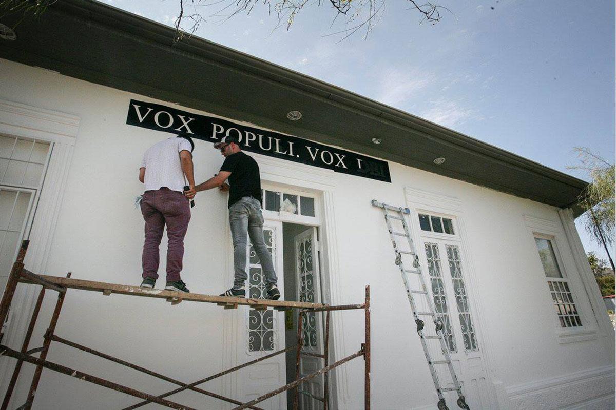 Pre-inauguración – Lo escrito, escrito está con intervención de fachada a cargo de Javier Calvo.